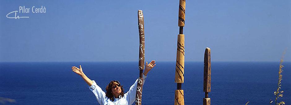 Pilar Cerdà con esculturas 'Todo es música'